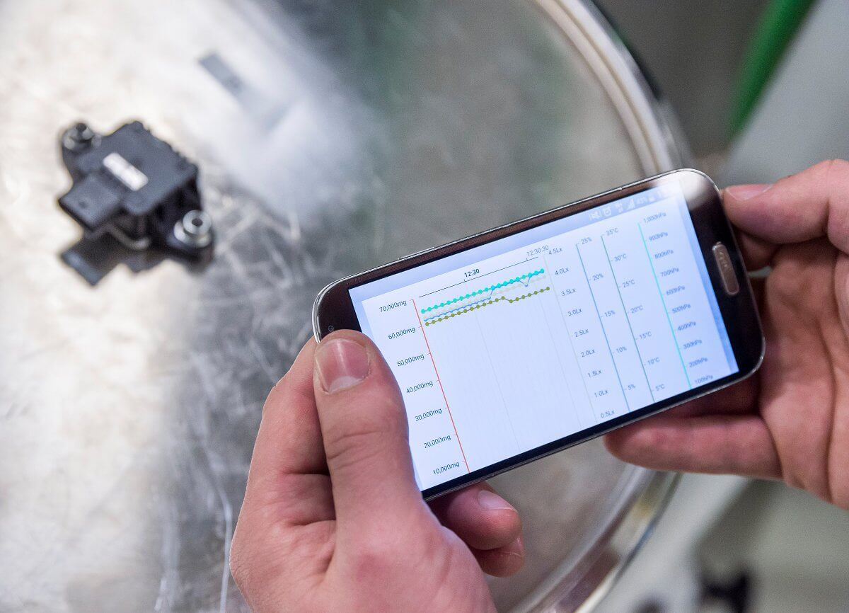 Associates in a Bosch plant eceive measurement data for individual products in real time on a smartphone